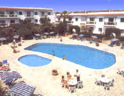 larnaca self catering childrens pool area .jpg (26560 bytes)